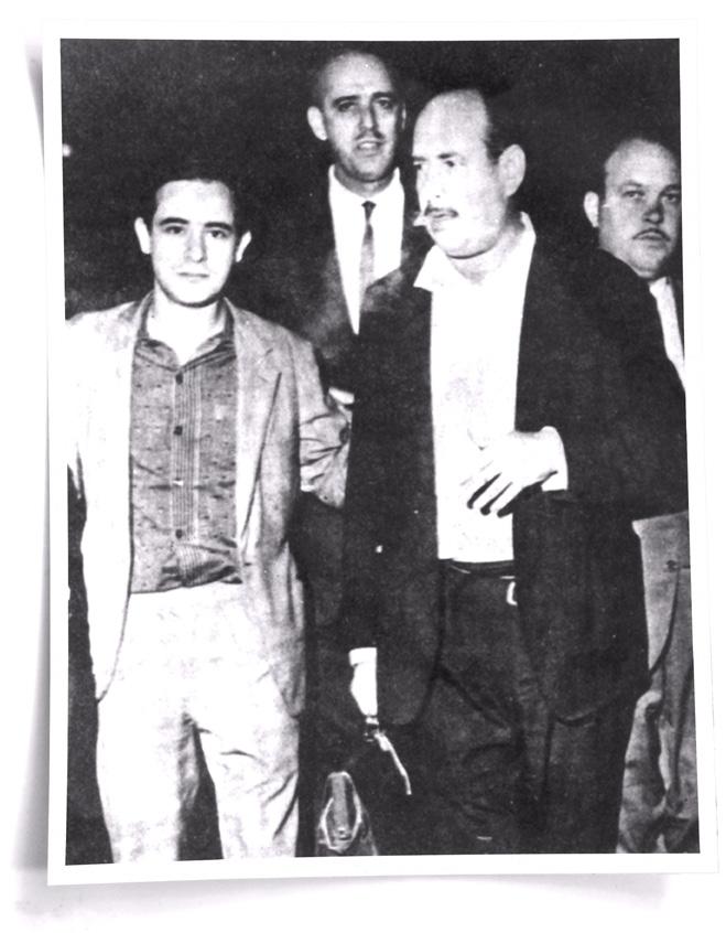 SOLTO - Deixando a prisão no Dops, em 1964, ao lado do vereador José Molina Jr. (à direita). Foto: Arquivo pessoal