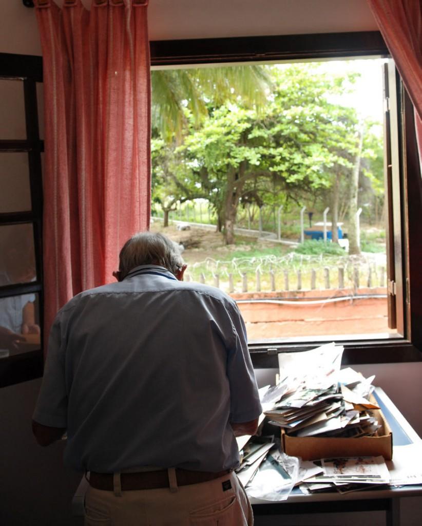 MEMÓRIA - David remexe velhos papéis em sua casa, no litoral. Foto: Gute Garbelotto/CMSP