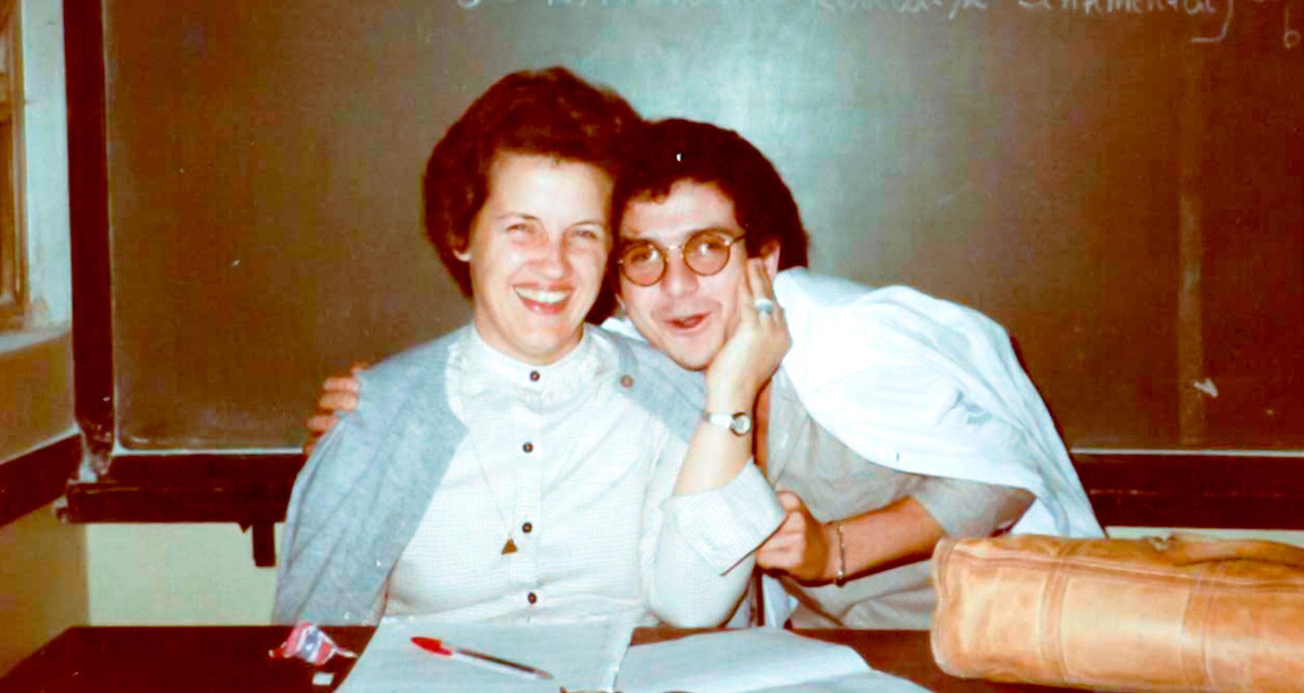 PROFESSORA - Aluno se despede de Tereza Lajolo antes de ela assumir como vereadora - Foto: Arquivo Pessoal