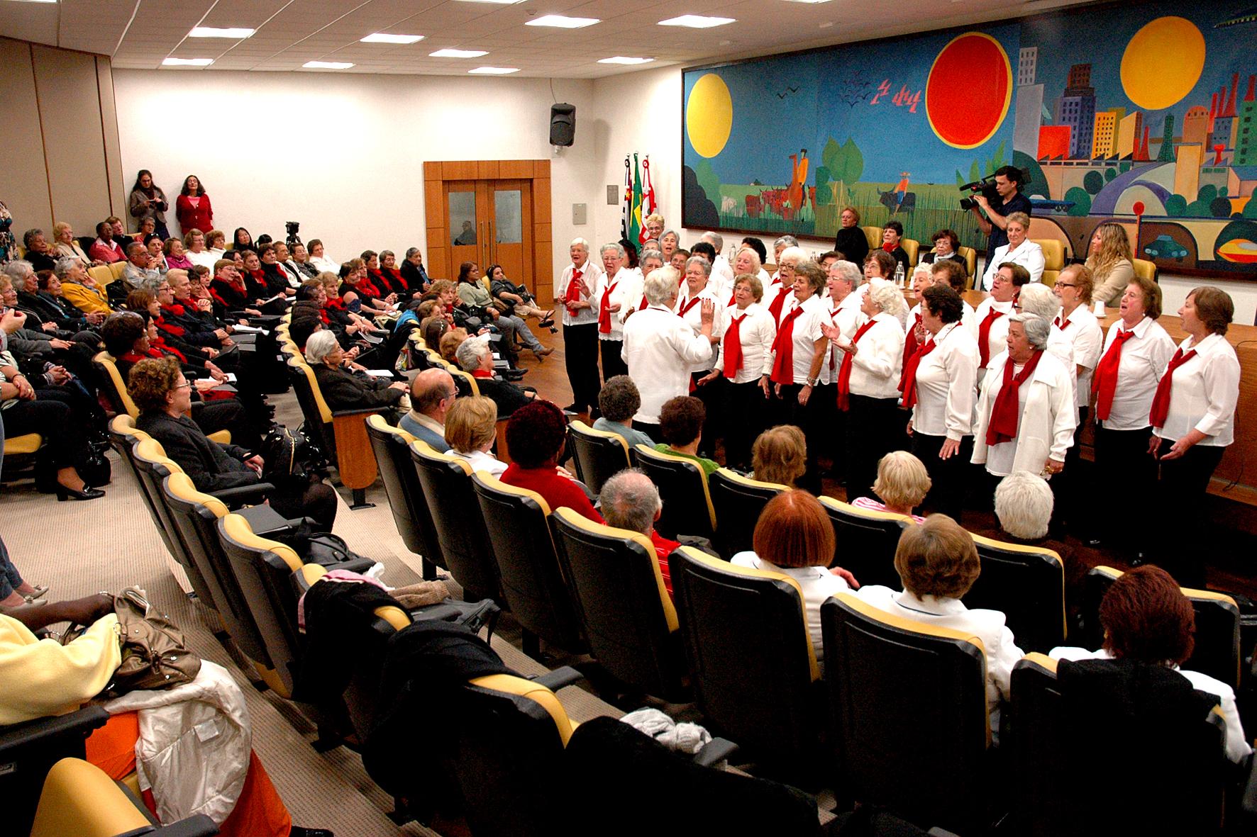 Corais de idosos realizam números musicais na Câmara