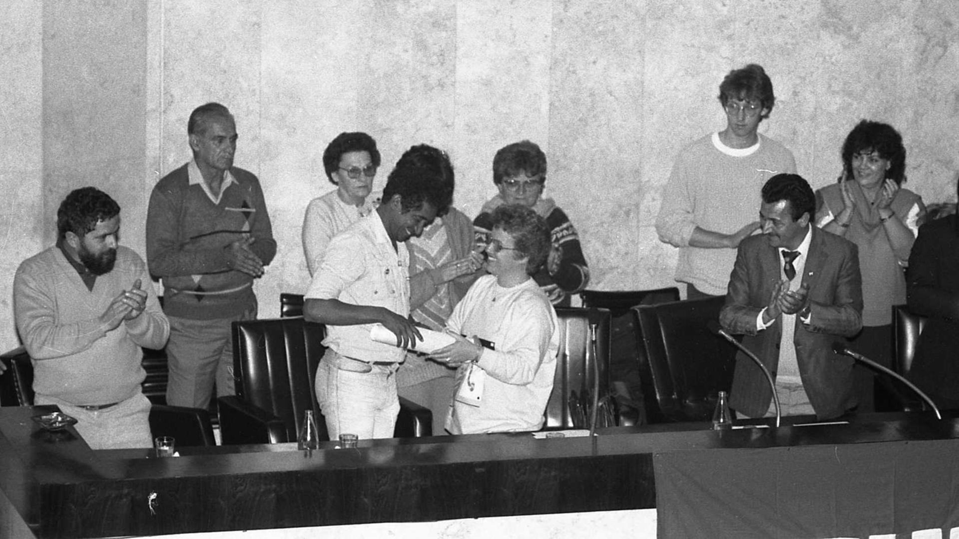 FIGURÕES – No Plenário, em 1986, Tereza Lajolo entrega o Título de Cidadão Paulistano ao hoje deputado federal Vicentinho, observada por Lula (à esq.)