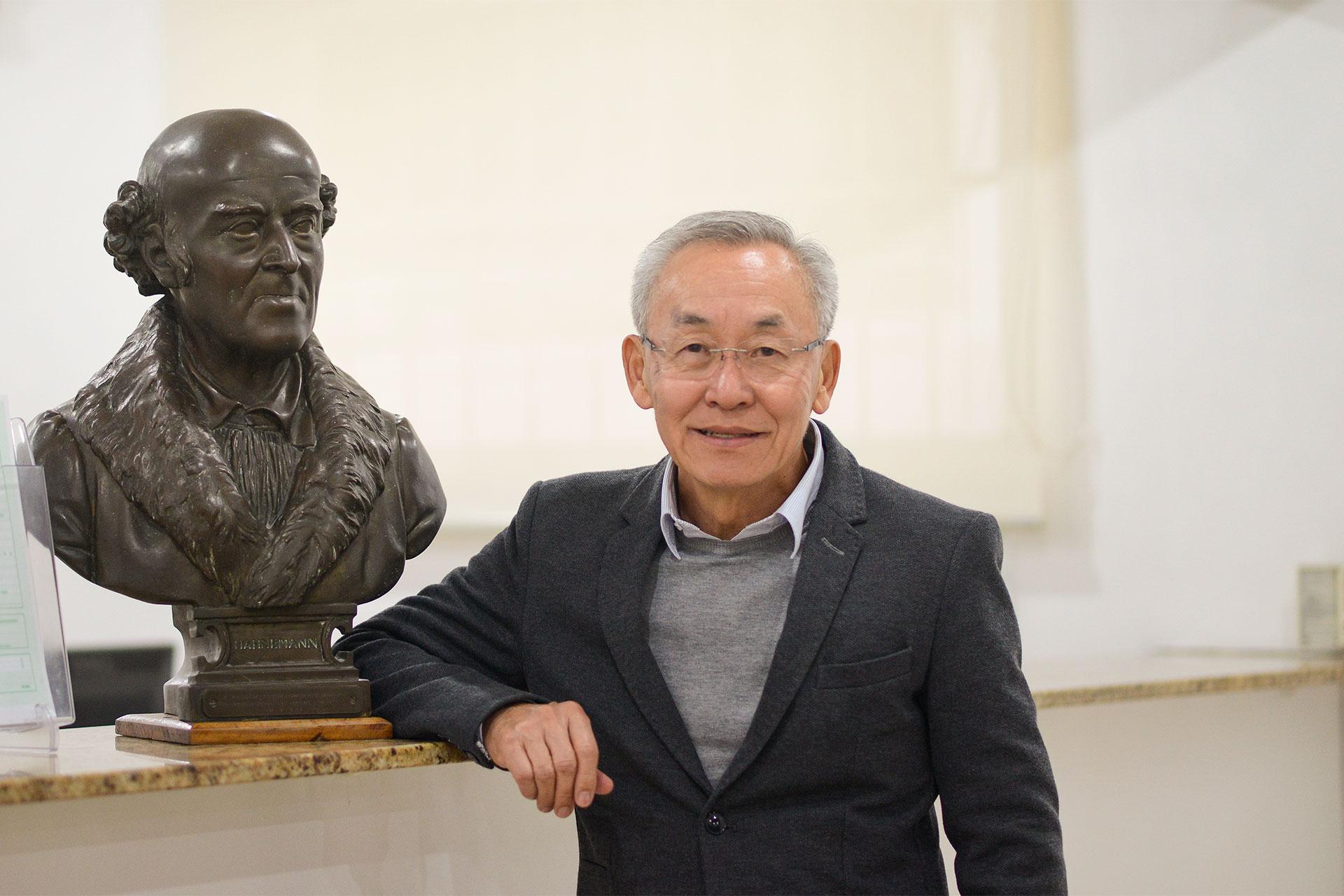 Sérgio Furuta, presidente da APH, com o busto de Hahnemann, pai da homeopatia
