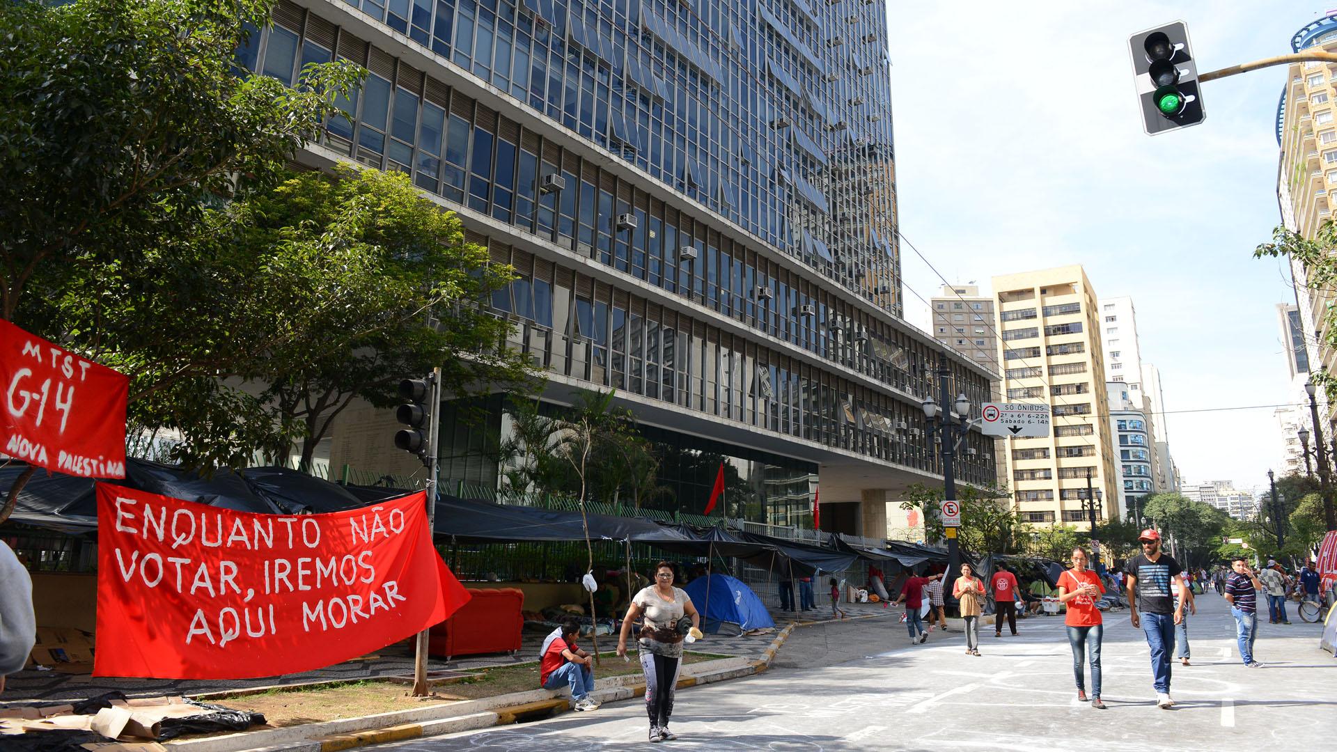 Manifestantes protestam em frente à Câmara contra o projeto de aumento da contribuição previdenciária municipal, em março de 2018