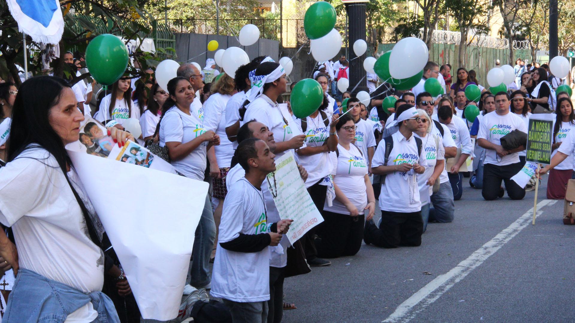 Manifestantes de branco protestam ajoelhados em frente à Câmara Municipal contra inclusão de 'gênero' em Plano Municipal de Educação