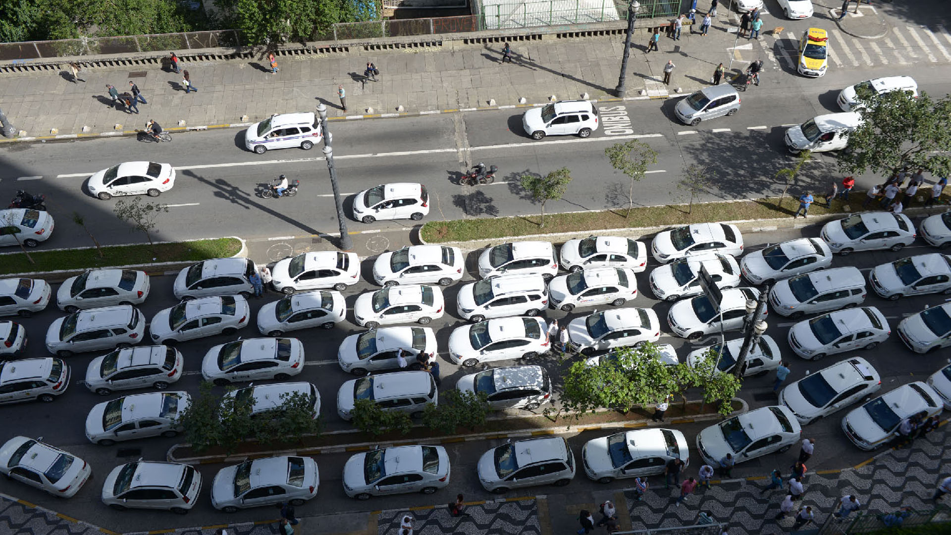 Filas de táxis parados fecham o Viaduto Jacareí em protesto contra os aplicativos de transporte