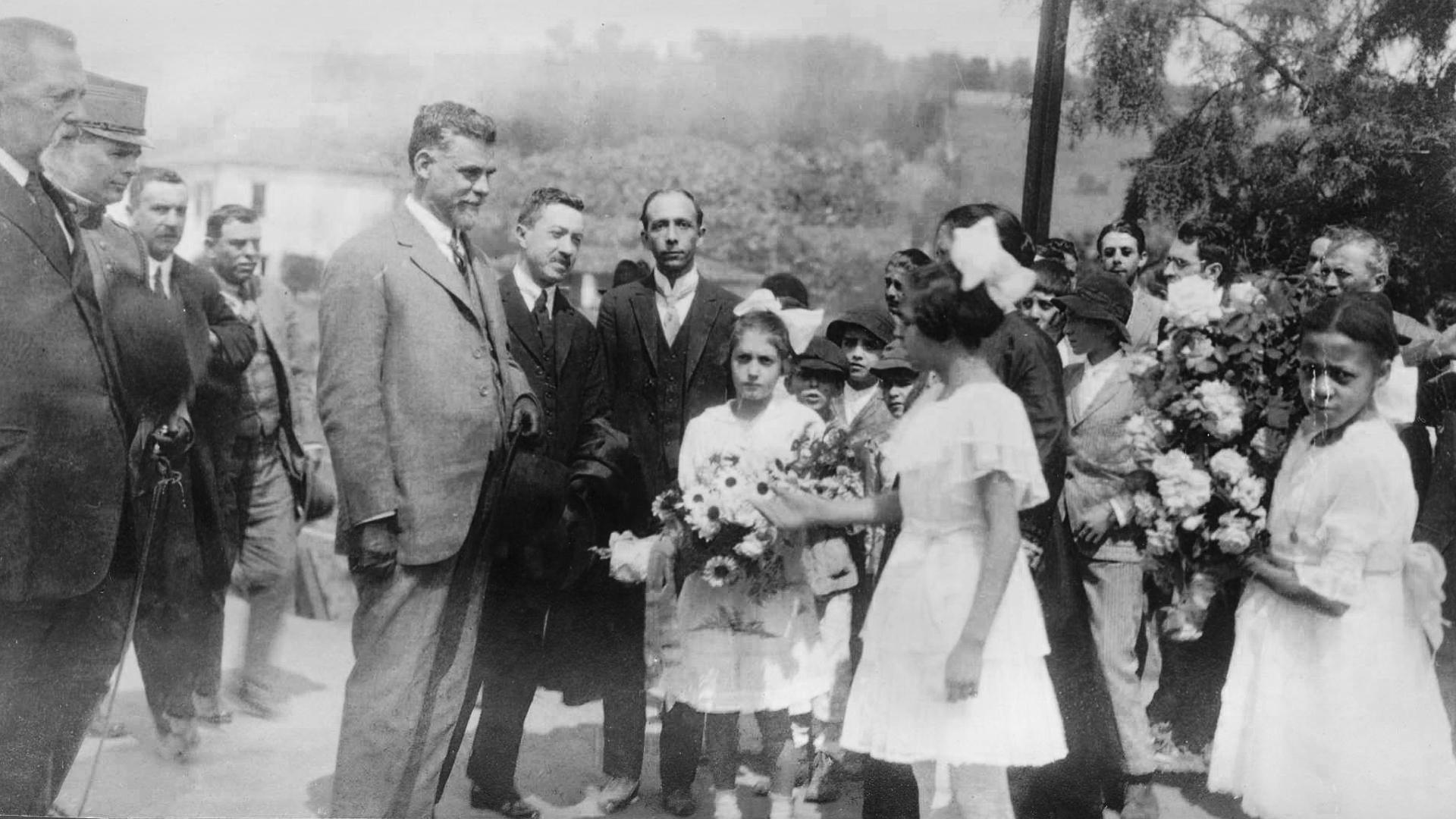 Meninas prestam homenagem ao político