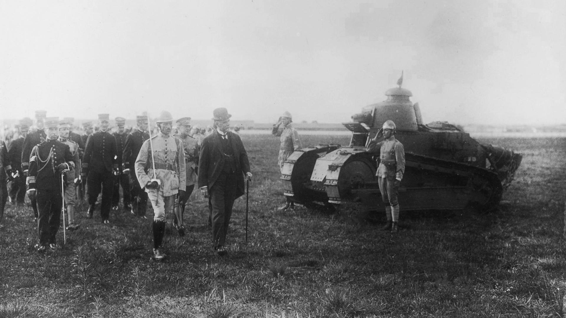 Washington Luís inspeciona blindados do Exército