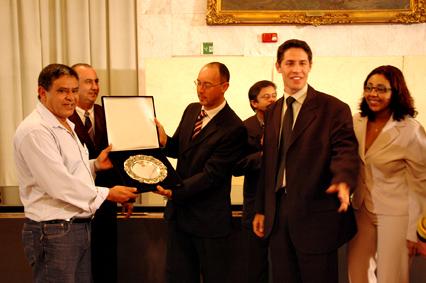 Representantes do Centro de Direitos Humanos de Sapopemba recebem a Salva de Prata