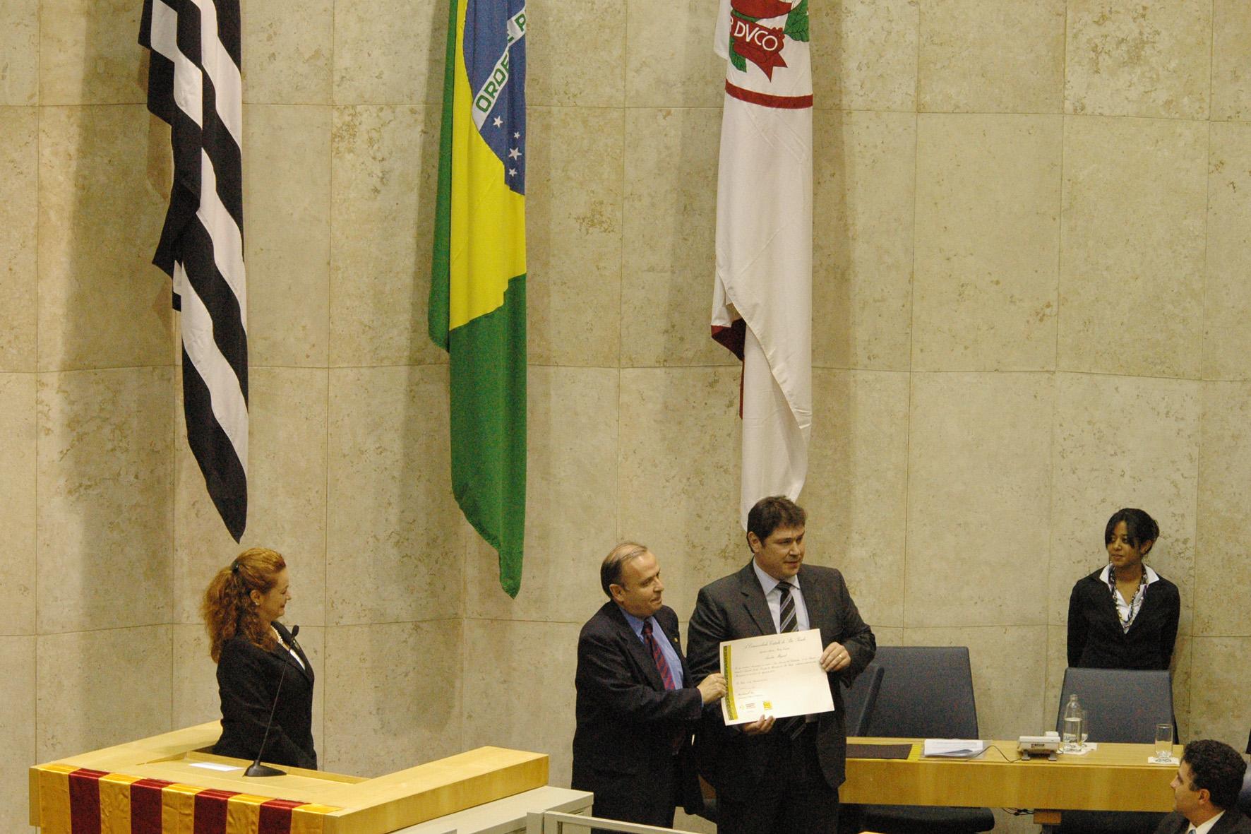 O vereador Aurélio Miguel recebe diploma de agradecimento