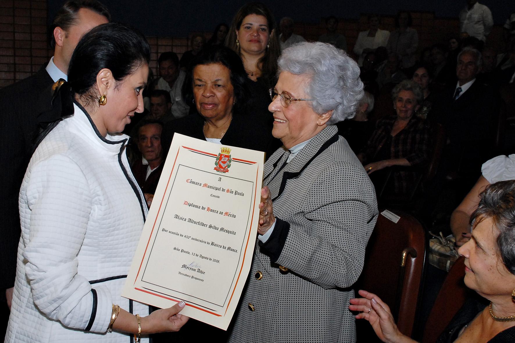 Vereadora Myryam Athie entrega homenagem para a Sra. Alzira Alturfilder Silva Mesquita, fundadora da Universidade São Judas Tadeu - localizada no bair